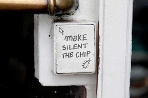 Web2 Esiste la possibilità di disattivare il chip contenuto in qualsiasi dispositivo che una persona porti con se o che si trovi nella sua auto o nella sua abitazione interrompendo la trasmissione di dati?