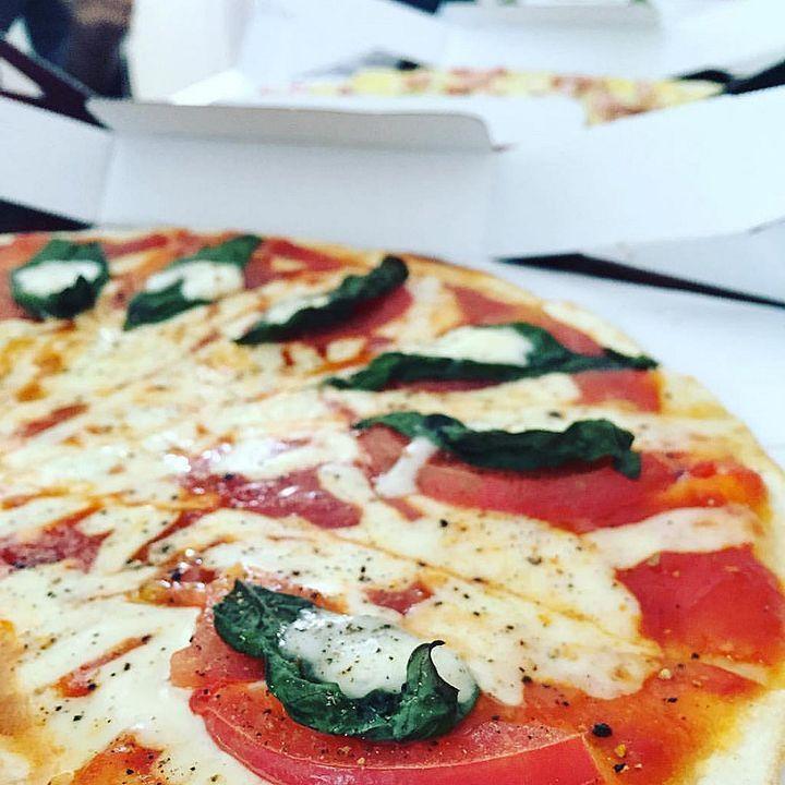 もちもちの生地といろんなソースや具材がたまらない「ピザ」そんなピザを食べるのにあなたはいくらまで出せますか?ピザを100均以下、88円で味わえるお店があるんです!その名も『88円ピザ』今回はこの88円ピザが味わえるお店をご紹介します。