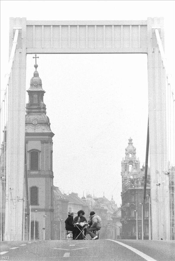 Piknikezők az üres, lezárt Erzsébet hídon, október 27-én. Az ideiglenes megállapodás nem hatotta meg a sofőröket: országszerte maradtak az úttorlaszok. Éjszaka több helyen elengedték az autósokat, de a taxisok újra lezárták az utakat.
