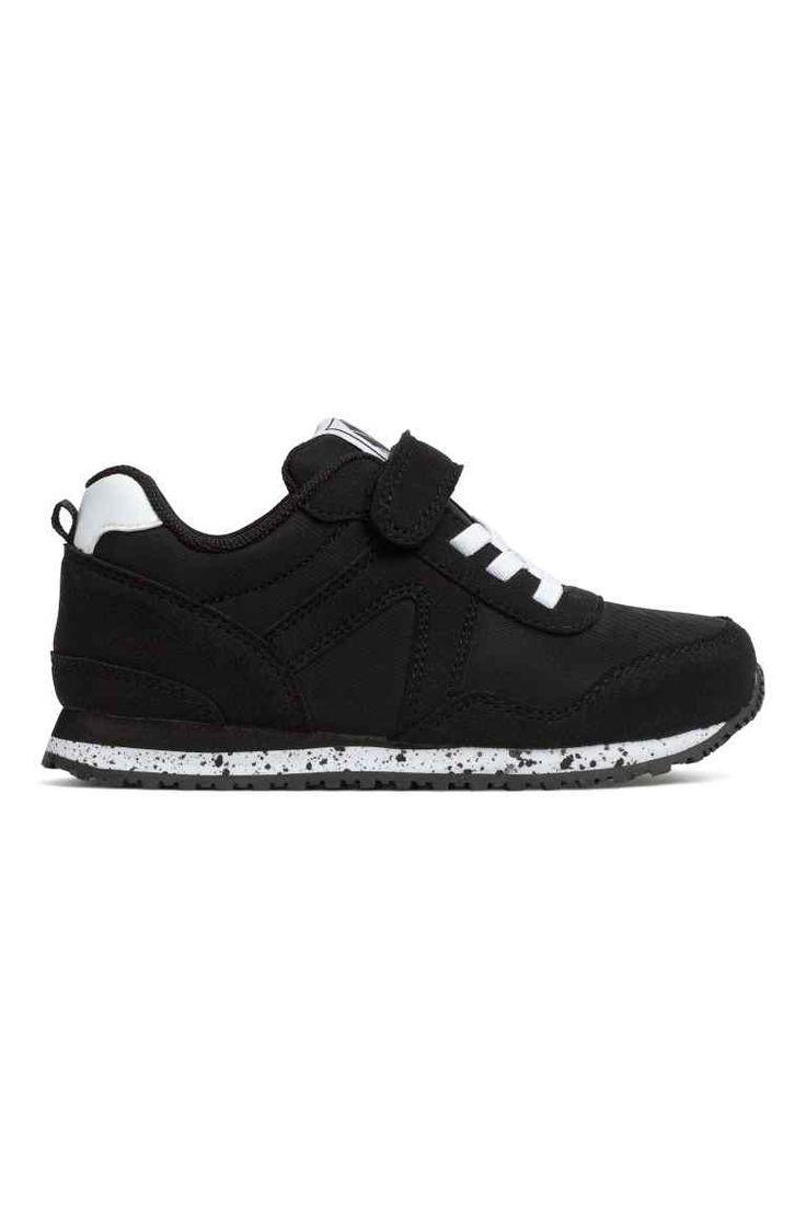 Zapatillas deportivas: Zapatillas deportivas de malla con detalles en ante sintético y cierre frontal de velcro. Suelas de goma.