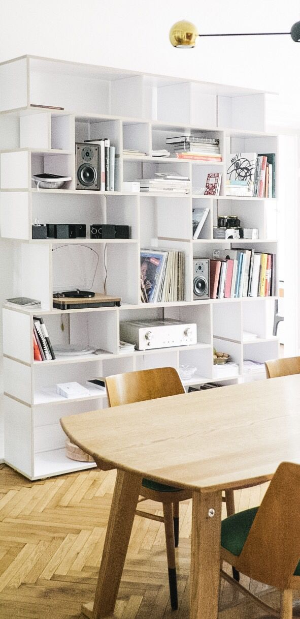 Dieses weiße Bücherregal aus Holz von Tylko ist die perfekte Lösung für die Aufbewahrung …   – Wohnzimmer