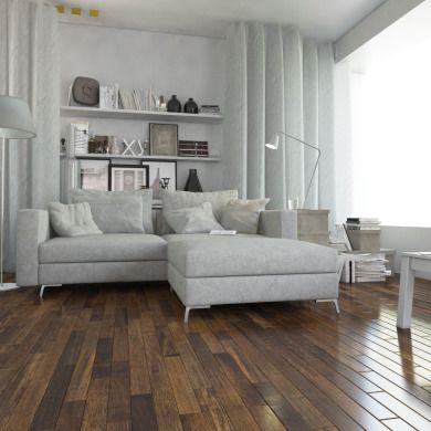 Tę podłogę cechuje dowolny przebieg słojów oraz sęki i biel. Dzięki temu każde pomieszczenie zyskuje indywidualny charakter. Zróżnicowana barwa i naturalny wzór drewna sprawiają, że parkiet doskonale prezentuje się szczególnie w nowoczesnych wnętrzach.