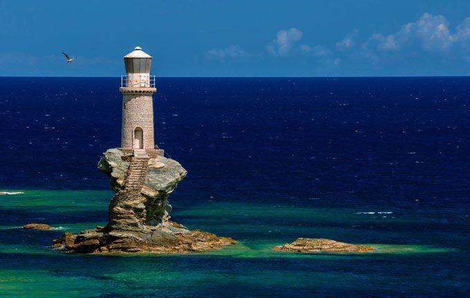13. Faro de Tourlitis, Andros, Grecia  Un espectáculo para los ojos. El faro de Tourlitis se asienta sobre una pequeña y curiosa roca que apenas es más grande que la torre y que parece que emerja de las aguas. Es una de las principales atracciones de la ciudad de Andros, situada en la isla homónima que forma parte de las Cícladas.