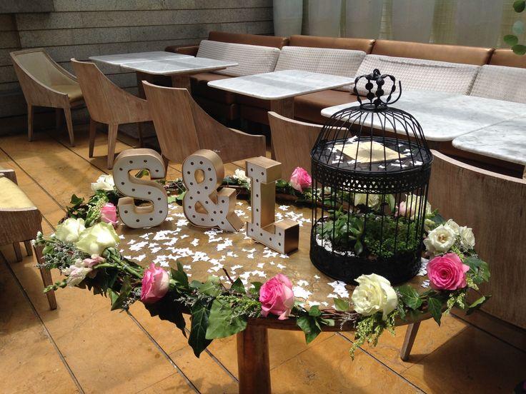 Mesa para los sobres. Contáctanos para cotizar tu boda clientes@lapetala.com.  2159030 Bogotá.