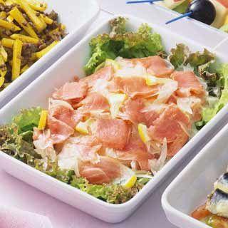 スモークサーモンのサラダのレシピ。材料はスモークサーモンなど。作り方だけでなく、全レシピにカロリーや栄養価情報つきでダイエットや健康管理に便利!スモークサーモンのサラダの簡単おいしいプロの技やコツも!