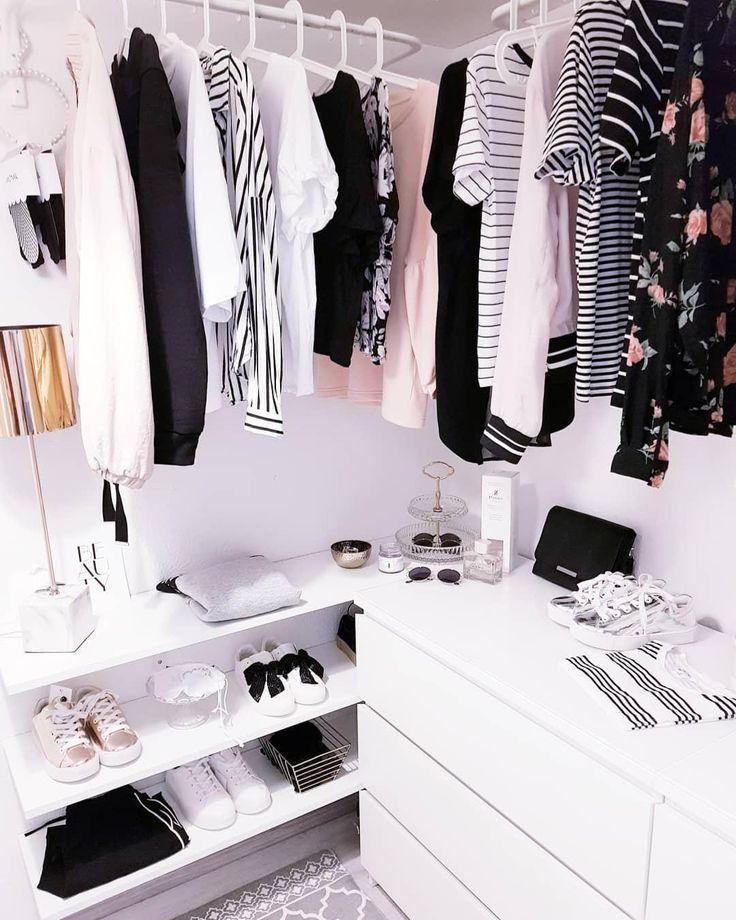 Ankleidezimmer Goals! Kleiderbügel sind das A und O für Ordnung im Kleiderschrank. Im Kleiderschrank Ordnung zu halten ist eine Sache, dass die Kleidung davon auch keinen Schaden nimmt, eine andere. Finde jetzt den richtigen Kleiderbügel für Deinen Kleiderschrank in unserer Westwing Basics Kollektion und lass Dich auf WestwingNow inspirieren! // Ankleidezimmer Garderobe Kleiderschrank Offen Weiss Skandinavisch Einrichten Ideen #Ankleidezimmer #Garderobe #Kleiderschrank #Offen @rosaaalieee