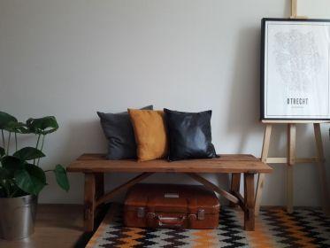 Oud houten bankje gemaakt van nieuw steigerhout en daarna in eikenhouten kleur gelakt.