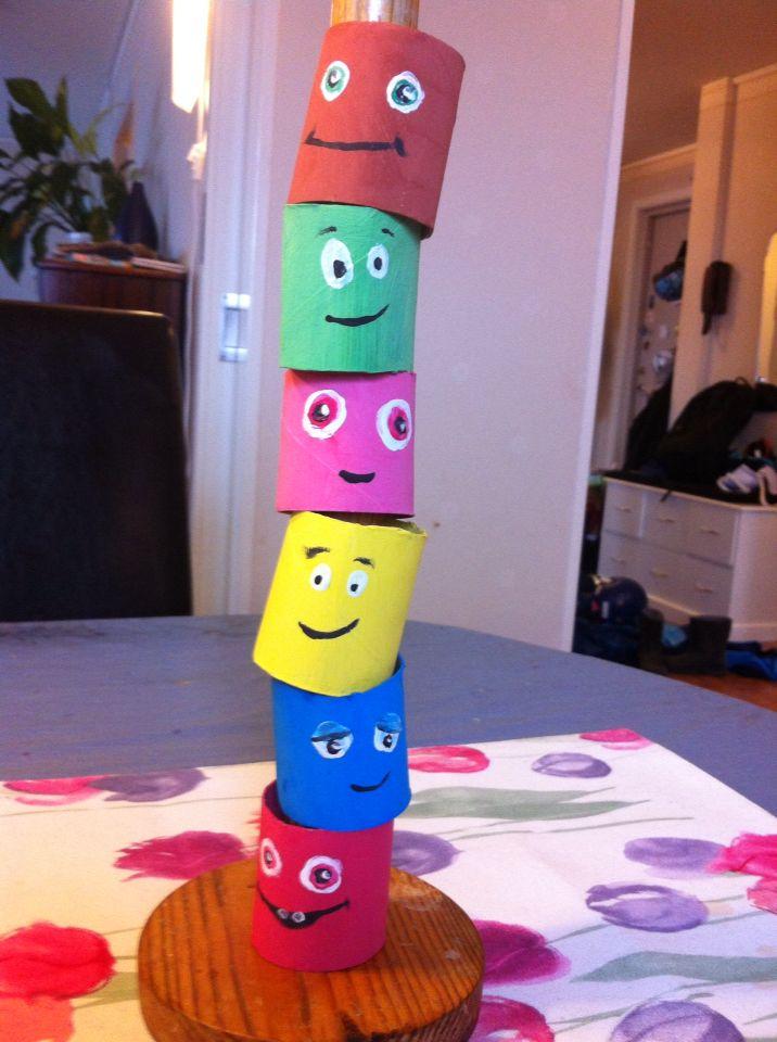 Babblarna stapel-leksak av målade pappersrullar och en hushållsrulle-hållare.