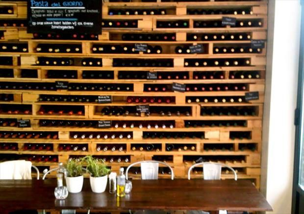 Rangement de bouteilles mural en palettes en bois.