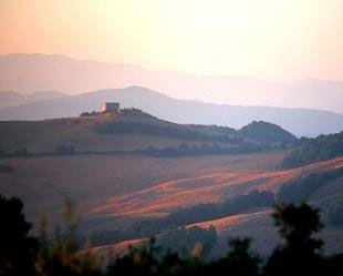 Tra #Volterra e #Pomarance, degradando dolcemente sulla vallata del #Cecina c'è un poggio che assiste allo scorrere del tempo, osserva le generazioni che si susseguono, vede il mutare del paesaggio. Il suo nome è #Scornello.    E' qui che troverete l' #AgriturismoInghirami antica #villa e #fattoria appartenenti alla famiglia #Inghirami dal 1300. Oggi il nostro amore per la terra ci ha portato a scegliere la coltivazione biologica e l'allevamento brado di bovini e ovini.
