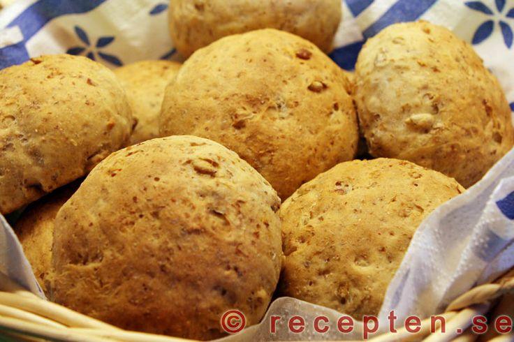 Solrosfrallor - Recept på jättegoda och enkla bröd med solrosfrön. Servera till middag eller som frukostbröd. Beskrivning med bilder steg för steg.