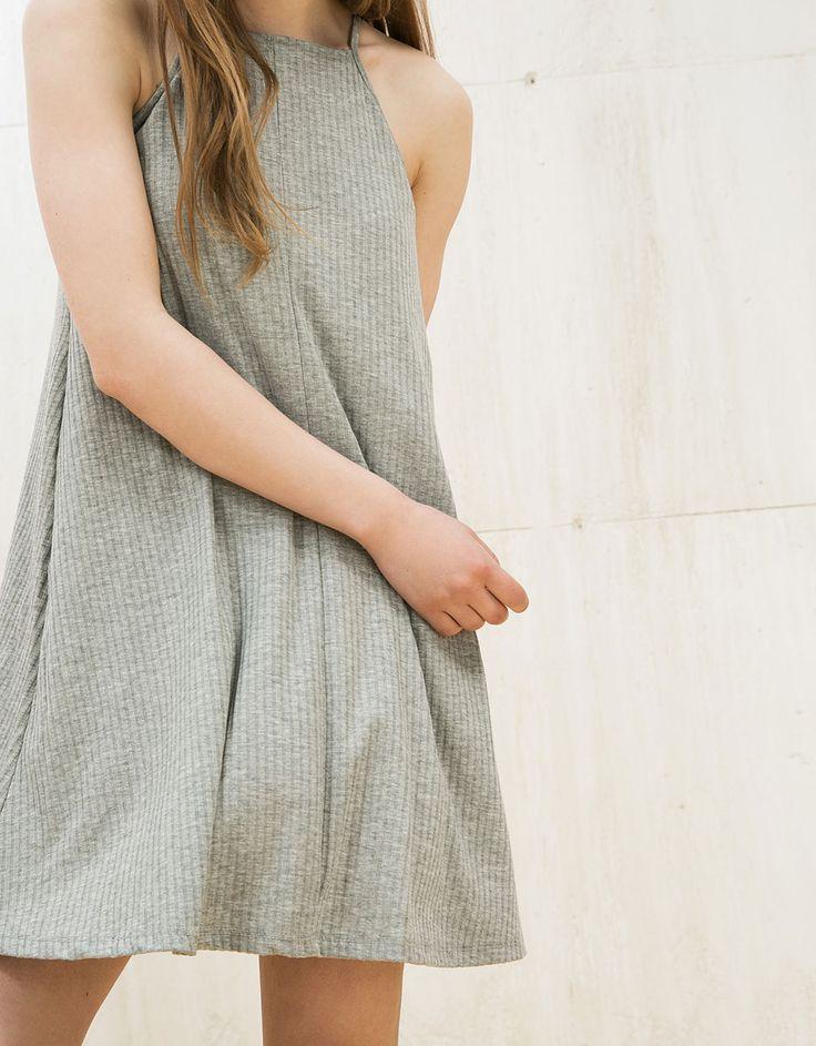 Jurk babydoll, halterhals. Ontdek dit en nog véel meer kledingstukken in Bershka met elke week nieuwe producten.