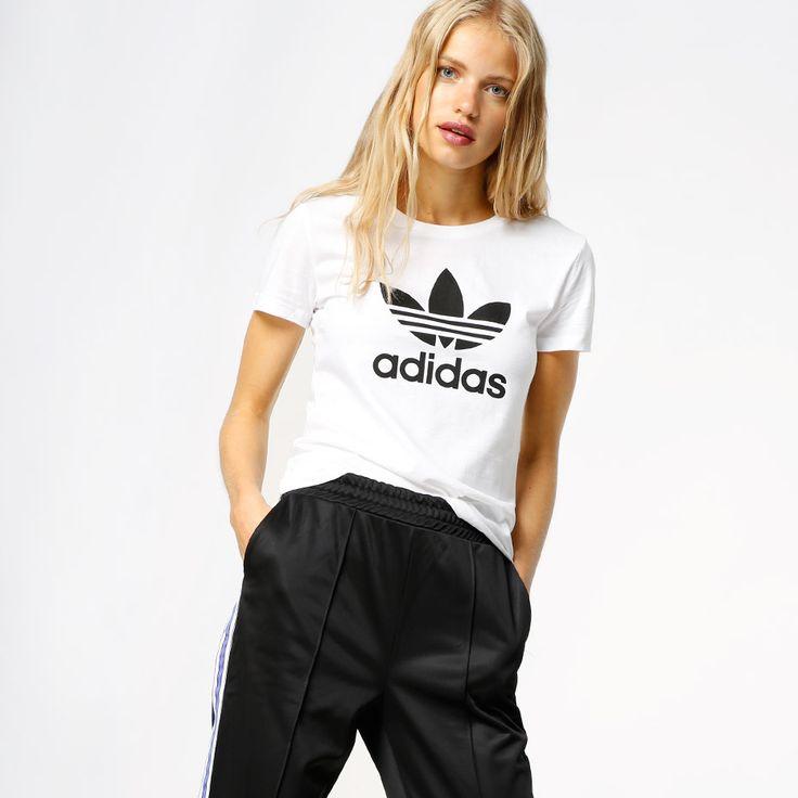 T-Shirt fra Adidas med trykk på brystet. Materiale: 100% Bomull. Modellen er 176 cm og er avbildet i S. Str S.
