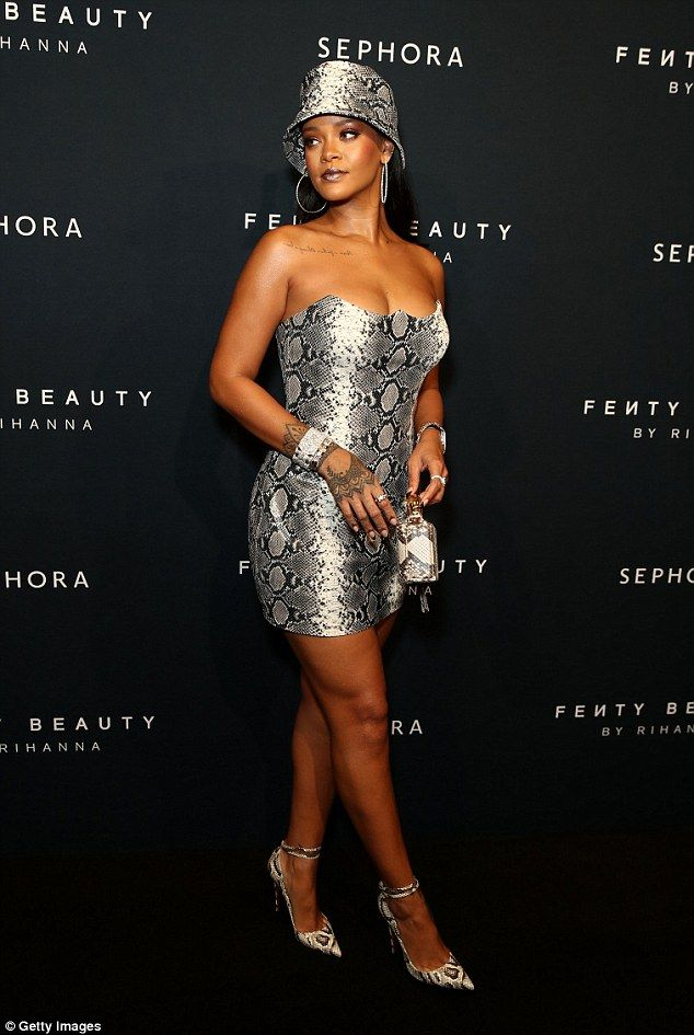 570c082abf37 She s a goddess! Rihanna flaunted her bodacious curves and envy-inducing  assets in stunnin...  rihanna