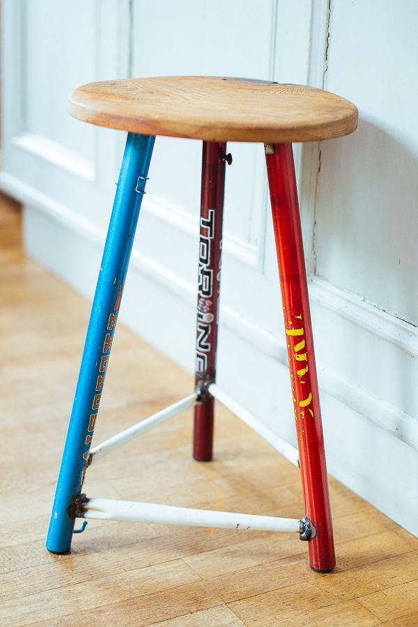 Was für ein schöner Hocker: die Füße aus Fahrradstangen und eine handgemachte Sitzfläche. Einfach schön!