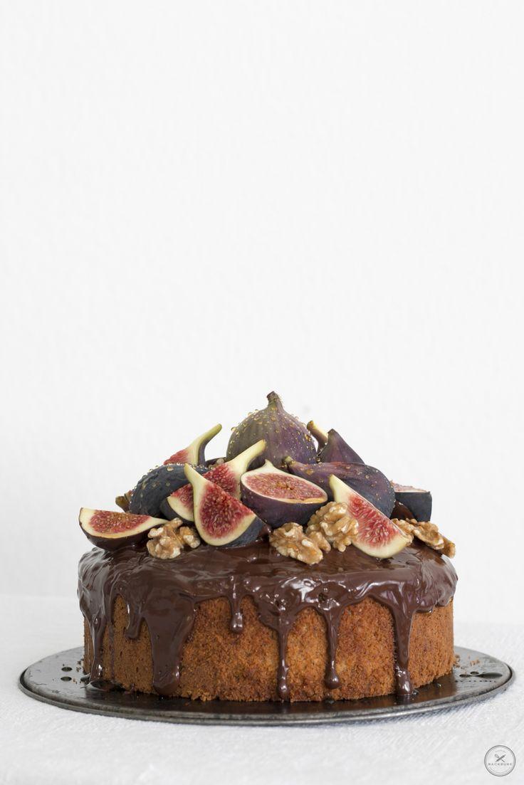 """""""hallo herbst, ich heiße dich herzlich willkommen mit einem wunderbaren Haselnusskuchen mit Feigen, Schokolade, Walnüssen und Honig"""" - Backbube"""