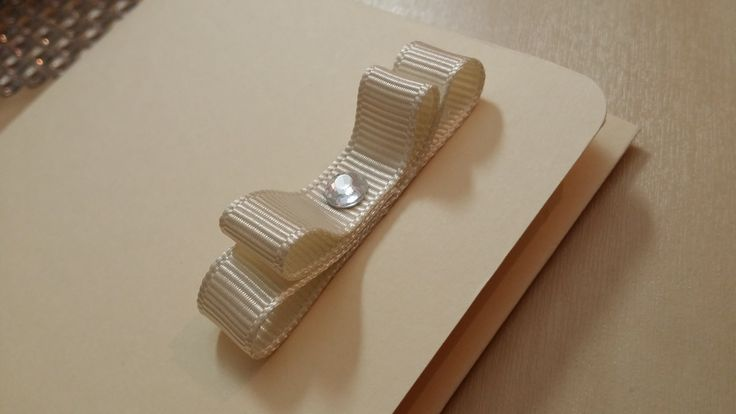 Detaliu invitatie nunta si botez - hartie 180g (nuanta ivoire) - embossed: dots - colturi rotunjite - funda satin (nuanta ivoire)