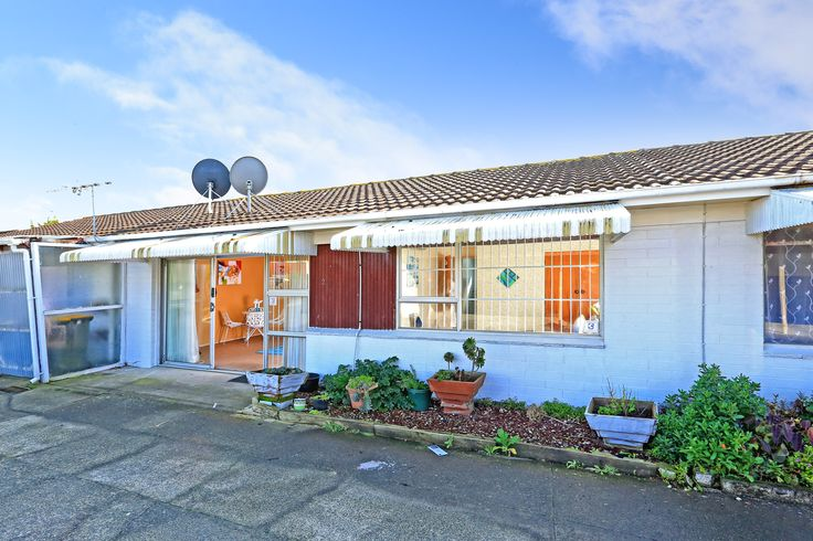 A little makeover throughout the interior would put the sparkle back in to this gem! Close vicinity to old Papatoetoe shops, Hunters Corner, Manukau shopping mall means everything is on your doorstep. Easy access to Motorway, Airport, Middlemore Hospital and Walking distance to Train Station.