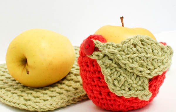 Fun idea for end-of-year teacher gift ... free crochet apple cozy pattern #crochet
