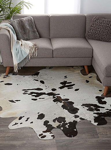 Une touche mode raffinée, un effet déco spectaculaire avec ce tapis décoratif au format surdimensionné, en véritable peau de vache tachetée ivoire et chocolat en contraste.    Chaque peau étant unique, la forme, les taches et les coloris peuvent différer d'un tapis à l'autre   Environ 150x200 cm