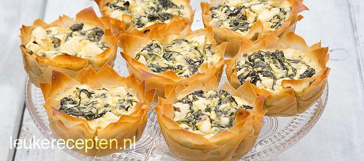 Spanakopita cups : - 5 vellen filodeeg (bv Easy Filo bladerdeeg) - 300 gr verse spinazie  - 1 teentje knoflook  - 1 groot ei  - 200 gr feta/witte kaas - 100 gr roomkaas naturel - Zwarte peper - Snufje nootmuskaas - 30 gr gesmolten boter  - 1 eetl olijfolie