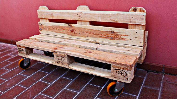 Come costruire una Panchina Pallet da Giardino con ruote. Questo e un progetto di design per chi vuole arredare il proprio giardino con stile e riciclando i ...
