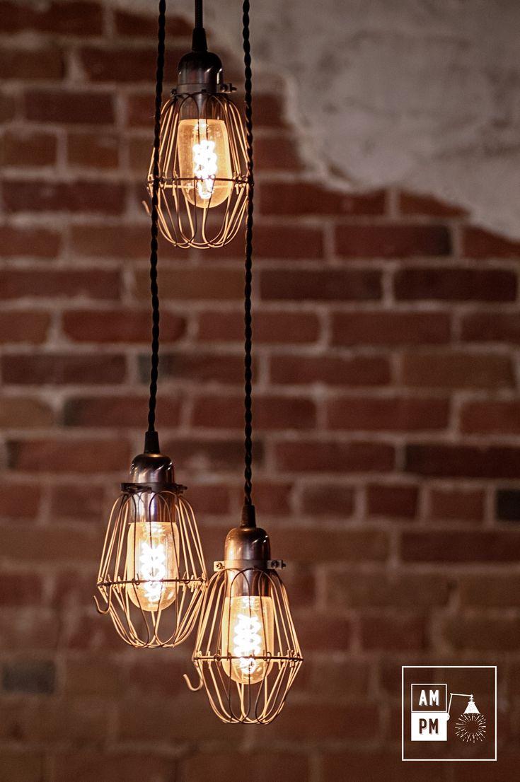 La cactus est une lampe suspendue construite sur mesure pour un restaurant de la région de Sorel-Tracy. Elle comporte 3 descentes avec fil torsadé noir, cages rustiques, couvert en acier et nos ampoules mini-tube. Entièrement fait à la main au Québec à partir de matériaux neufs et recyclés. 100% artisanal. Dû au caractéristiques des matériauxRead more