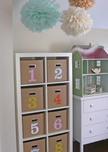 子供部屋のおもちゃ収納は、ボックスに番号をふっておくと片付ける場所が分かりやすい!取っ手付きで引き出しやすいのも、お子様には使いやすいですね。