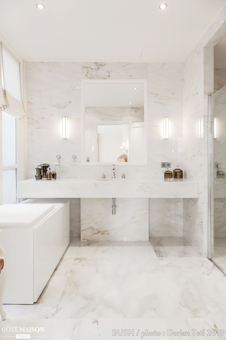 Salle de bains immaculée et habillée de marbre du sol au plafond.
