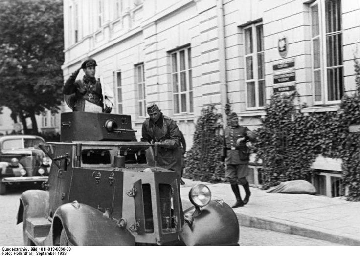 Okupanci: rosyjscy i niemieccy przed Pałacem Gubernialnym - Plac Litewski. Orła ze ściany jeszcze nie zdarli.