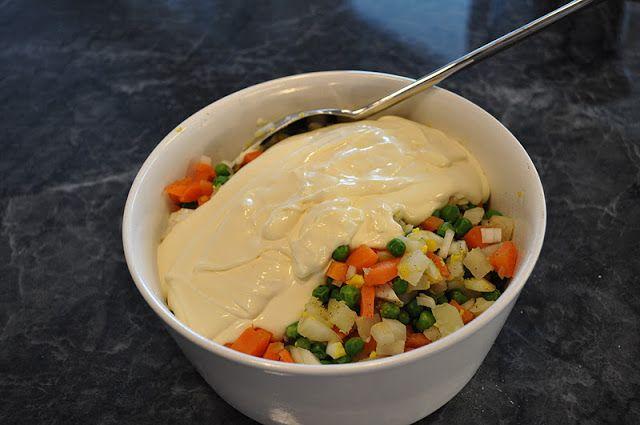 En nydelig og smakfullPolsk salat som passer til all slags mat, og som er spesielt god til grillmat om sommeren.  - 2 stk poteter - 2 stk gullerøtter - 2 egg - 1/4 sellerirot - 1 boks grønne erte...