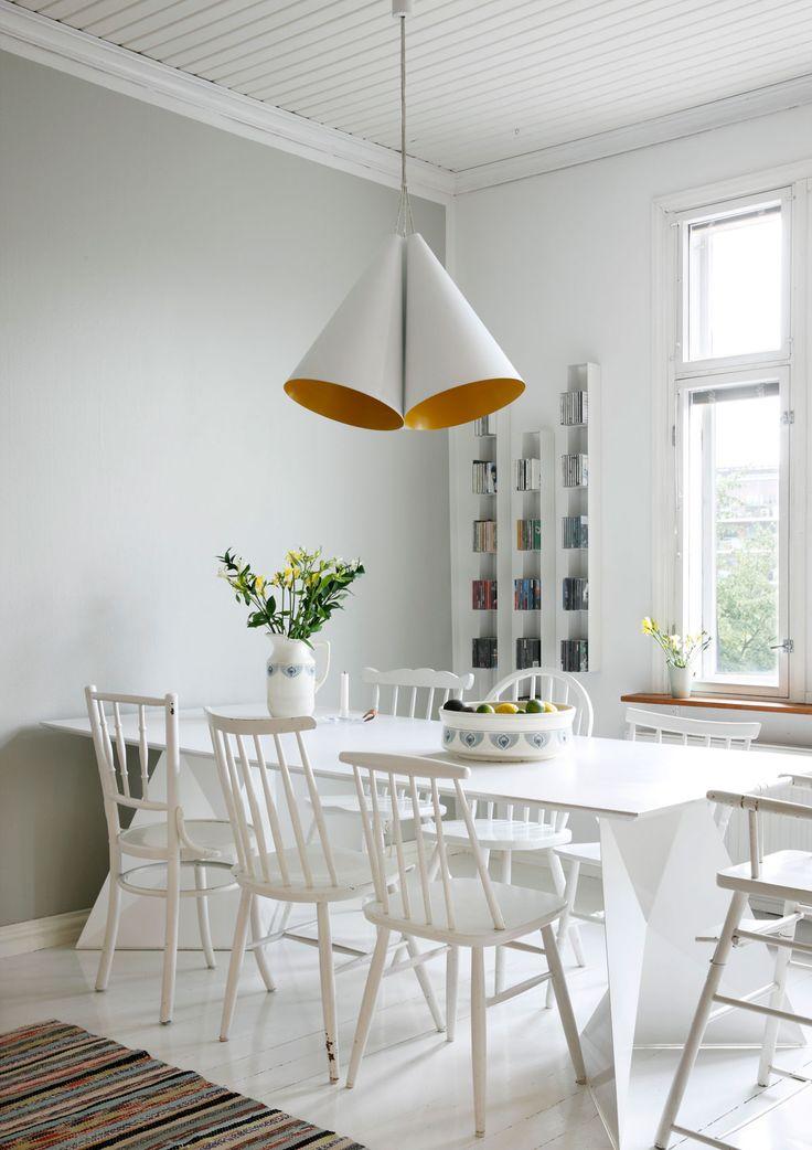 Ruokapöydän ympärillä on Annan ensimmäiselle työhuoneelle hankitut eripariset puutuolit, jotka maalattiin valkoisiksi. Keittiön seinällä on Annan suunnitteleman Luft-hyllyn prototyyppejä