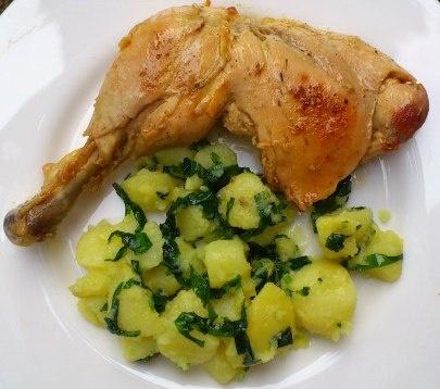 Hühnchenkeule mit Bärlauch-Kartoffeln.
