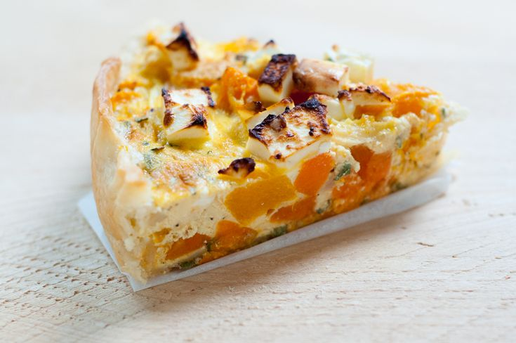 In dit recept maken we gebruik van het kant-en-klare quichedeeg vanTante Fanny voor deze quiche met pompoen, pastinaak en zoete aardappel.