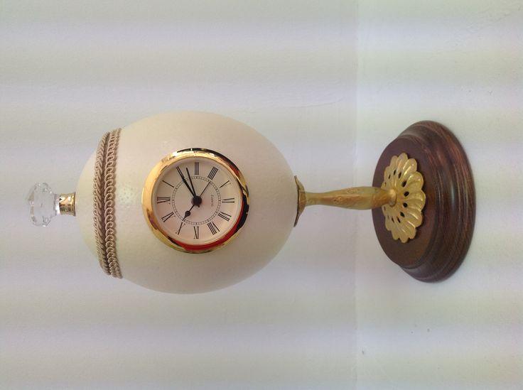 Reloj realizado con huevo de avestruz.