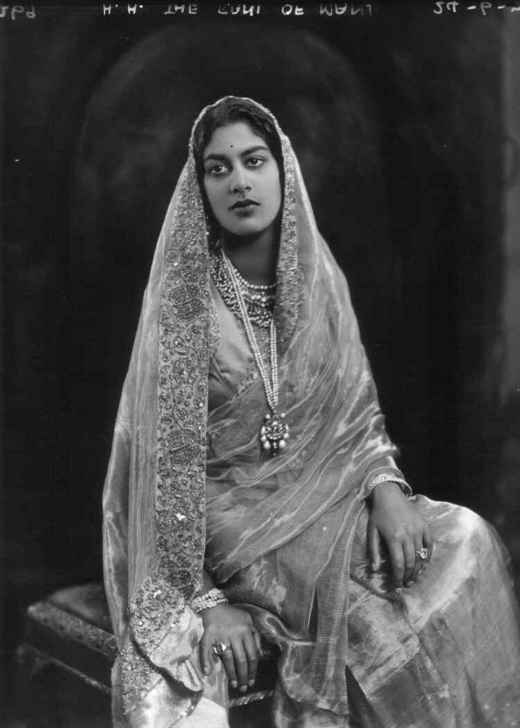 Sua Altezza Rani Lady di Mandi, nata Sua Altezza Rani Shri Amrit Kaur Sahib, unica figlia di del Maggior Generale Sua Altezza Farzand-i-Dilband Rasikh-al-Iqtidad-i-Daulat-i-Inglishia, Maharaja of Kapurthala e della sua quarta moglie (1924)