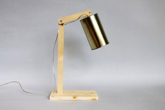 Lampada da tavolo in legno ed un barattolo di latta di Ideesign.