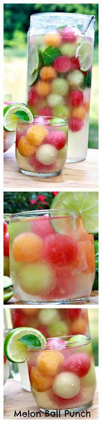 Ponche con bolitas de frutas congeladas como bebida para tu fiesta en exteriores de día. #BebidasParaFiestas