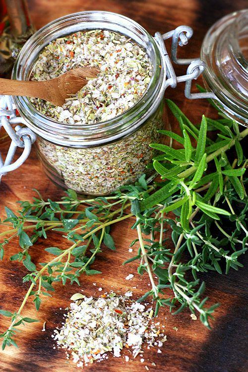 [ Örtsalt av torkade örter ] 2/3 maldon flingsalt mixat med 1/3 torkade kryddor; rosmarin, oregano, lavendel, timjan & chiliflakes.