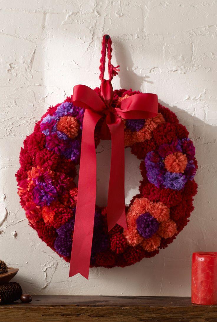 Todos pueden hacer esta corona de flores para darle la bienvenida a sus visitas en el otoño. Los pompónes pueden ser hechos por los niños, añade un moño y estará lista para colgarse.