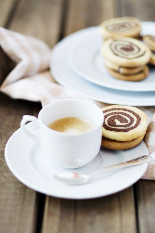 Receta de galletas en espiral de chocolate y naranja. Con consejos de elaboración y fotografías. Bonitas y fáciles. Recetas de galletas.