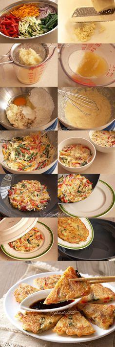 Korean Pancake Ingredientes: 200g de papas (1 mediana) 200g de verduras [Rallar las verduras] 35g de harina 20g de almidón de maíz 1 huevo grande 1 cucharadita de sal 1 cucharada de aceite de girasol 1 pizca de pimienta blanca 5-6 cucharadas helados de agua Ingredientes para la salsa: 2 cucharadas salsa de soja ligera 2 cucharaditas de vinagre de arroz 2 cucharaditas de azúcar 1 cucharada de agua infusión de 1/2 cucharadita de aceite de echalot o aceite de sésamo 1/4 cucharadita picado ajo