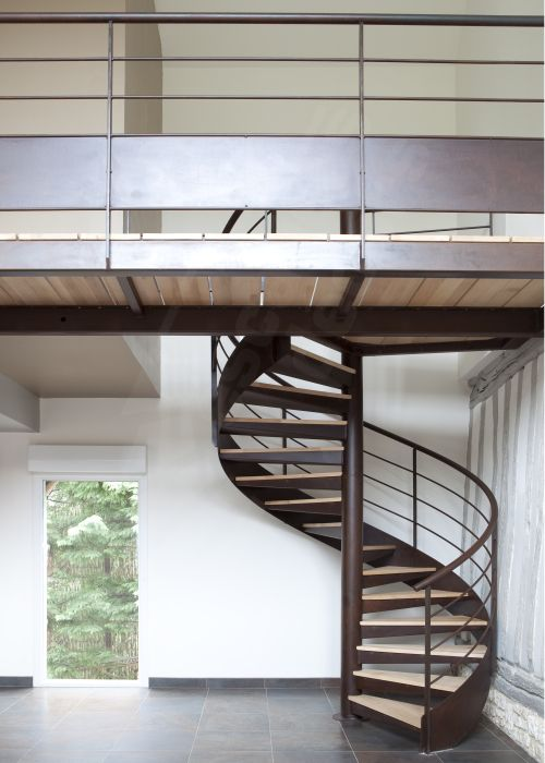 Photo S31 - Gamme Initiale - SPIR'DÉCO® Contemporain. Escalier d'intérieur hélicoïdal au design contemporain et passerelle en métal et bois.