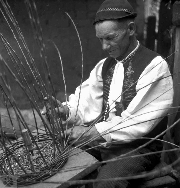 Pletenie koša upevneného pri práci na doske. Dolná Súča (okr. Trenčín), 1951. Archív negatívov Ústavu etnológie SAV v Bratislave. Foto M. Rényiová.