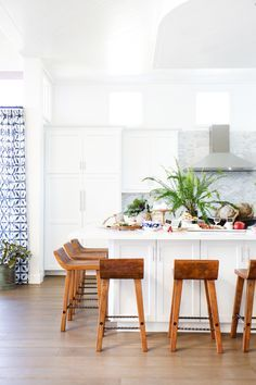 Bright coastal inspired kitchen: Photography : Tessa Neustadt Read More on SMP: http://www.stylemepretty.com/living/2016/05/31/the-secret-sauce-to-the-perfect-party-home-this-crazy-cool-bar/