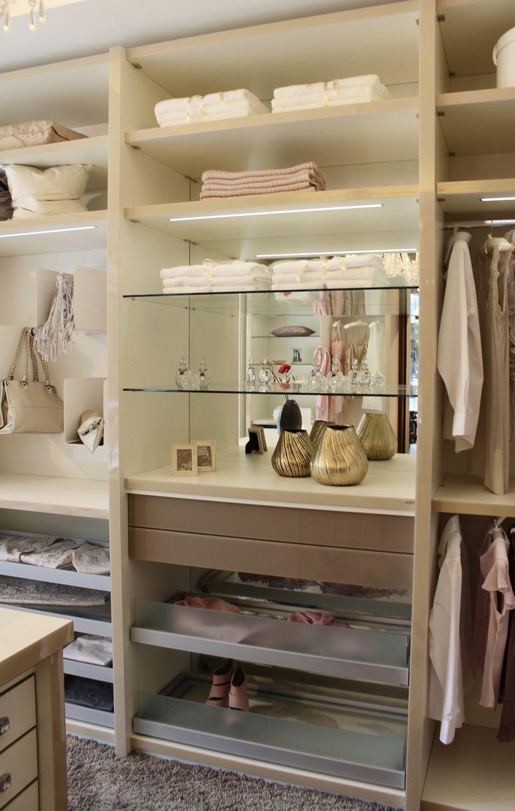 Ankleidezimmer mit integriertem Licht, Spiegel und cleveren Handtaschenhaltern von CABINET