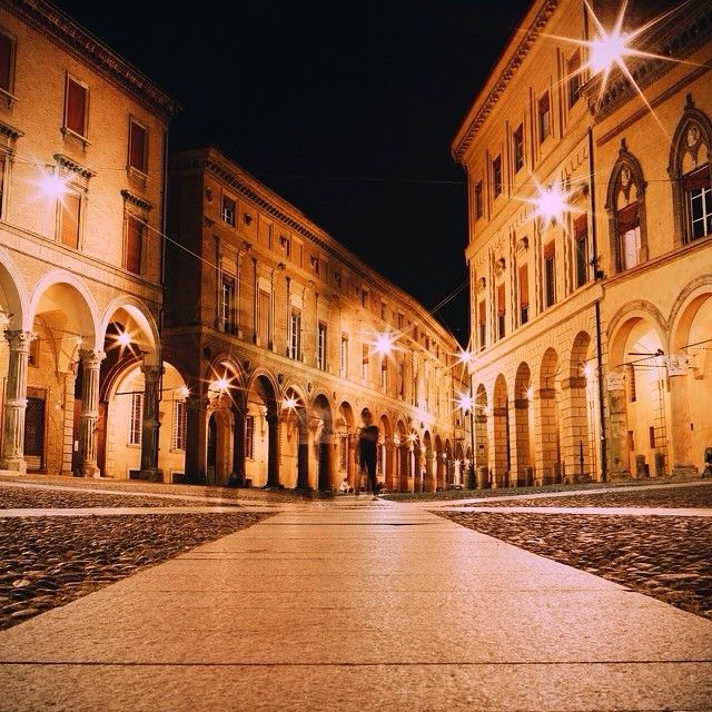 Bologna, Piazza Santo Stefano by night - Instagram by ikhals