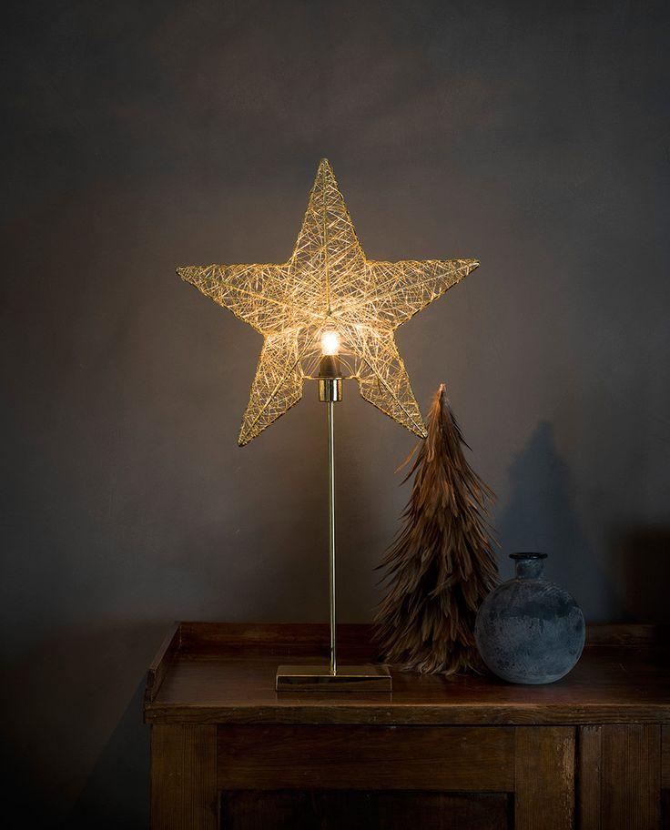Delikat adventsstjerne på fot i messing utførelse fra Konstsmide. Metallstjernen har et tredimensjonalt rammeverk som er spunnet med tynn metalltråd. Dette gir stjernen et meget vakkert lysspill.
