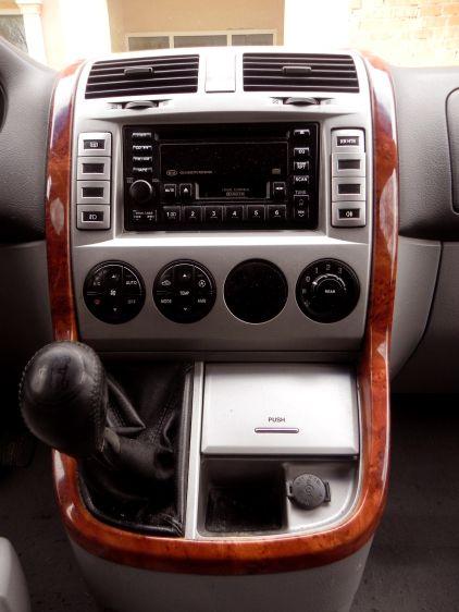 Vista frontal de la consola central. Este vehículo no tiene desperdicio. KIA CARNIVAL 2.9 CRDI 144CV 7 PLAZAS $4.500 euros