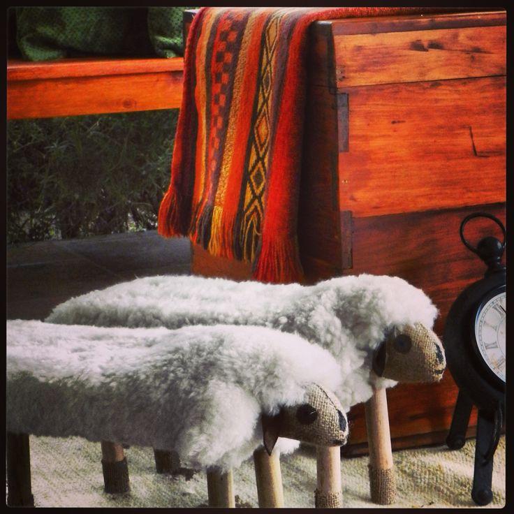 La blancura y calidez de estos bancos de oveja, resaltan en el colorido de las mantas...